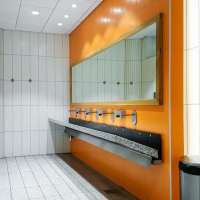 distinctive-interiors-corporate-bathroom-002